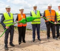 Zu sehen ist Mecklenburg-Vorpommerns Ministerpräsidentin Manuela Schwesig mit weiteren Offiziellen bei der Inbetriebnahme vom Photovoltaik-Solarpark Zietlitz.
