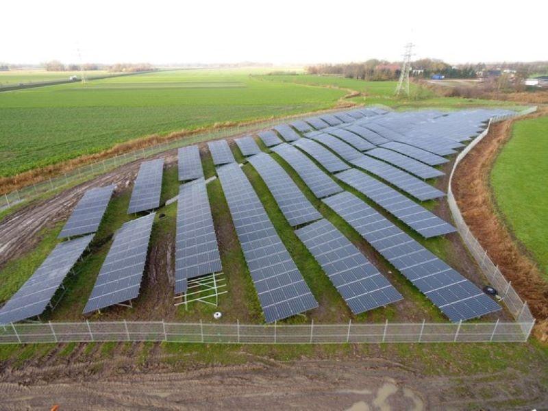 Blick auf einen Solarpark an der Nordseeküste.