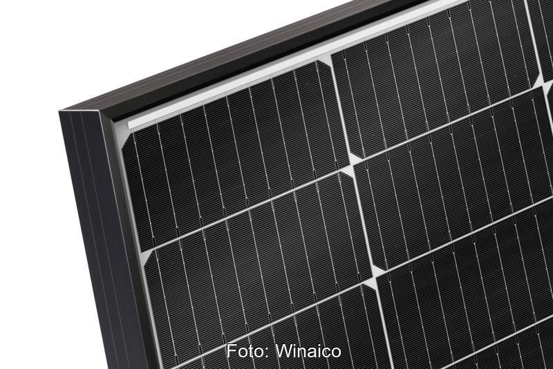 Produktfoto eines schwarzen Solarmoduls.