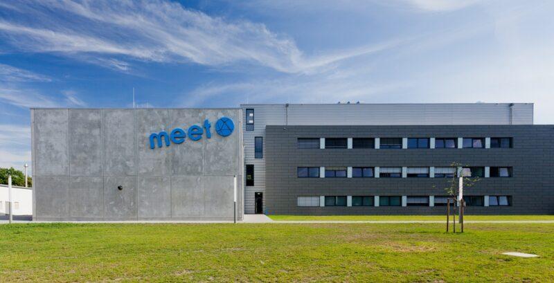 Zu sehen ist das Gebäude des Forschungsinstituts MEET, an dem die neue von Dual-Ionen-Batterie entwickelt wird.