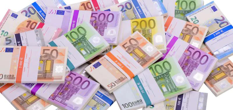 Zu sehen ist ein Haufen mit gebündelten Geldscheinen als Symbol für die zukünftigen Batteriekosten.