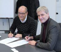 Zu sehen sind Roger Miesen, Vorstandsvorsitzender RWE Generation, und Thyssenkrupp Steel CTO Dr. Arnd Köfler bei der Vertragsunterzeichnung zur Zusammenarbeit bei Wasserstoff zur Stahlproduktion.