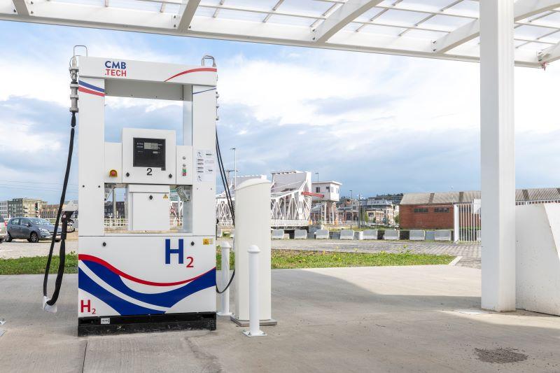 Eine Zapfanlage mit Pistolen zum Tanken von Wasserstoff.