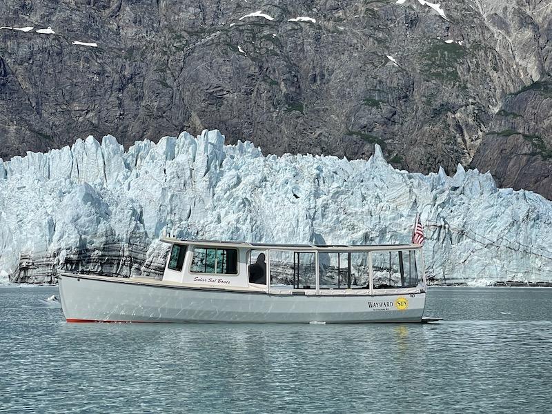 Solarboot vor Eisberg - die Wayward Sun in Alaska