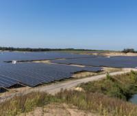 Freiflächen Photovoltaik-Anlage, am rechten Bildrand ein Teich