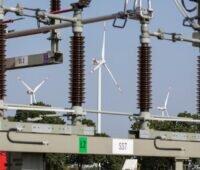 Zu sehen ist ein Umspannwerk der Wemag mit Windkraftanlagen im Hintergrund. Die Kosten für den Netzausbau müssen die Menschen in der Region und die Unternehmen dort tragen.