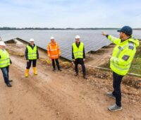 Zu sehen ist die Baustellenbegehung auf dem Gelände vom Photovoltaik-Solarpark Zietlitz mit Vertretern der Landesregierung von Meck-Pomm.
