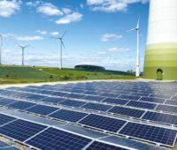 Photovoltaikanlage am Fuß einer Windenergie-Anlage