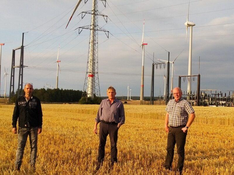 Zu sehen sind die Landwirte Christoph Luis, Michael Flocke und Josef Dreps, durch die der einzigartige Stromtarif in Marsberg-Meerhof ermöglicht wird.