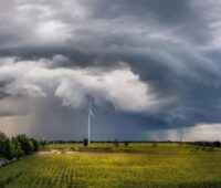 Zu sehen ist eine Windkraftanlage im Sturm. Die Bundesnetzagentur hat Pönalen für nicht rechtzeitig realisierte Windparks ausgesetzt.