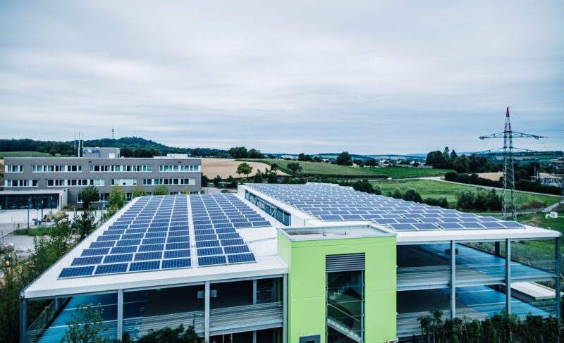 Das Foto zeigt einen Teil der Photovoltaikanlage der Klima Arena, die auf dem Parkdeck installiert ist.
