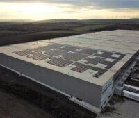 Zu sehen ist die Photovoltaik-Aufdachanlage auf dem Multicube Rheinhessen.