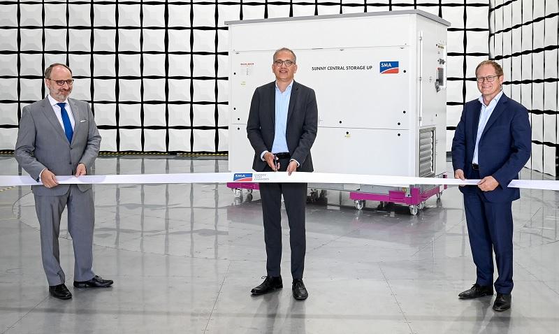 Zu sehen sind SMA Vorstandssprecher Jürgen Reinert und SMA Finanzvorstand Ulrich Hadding und Hessens Wirtschaftsminister Tarek Al-Wazir bei der Eröffnung vom neuen SMA Testzentrum für Photovoltaik-Wechselrichter.