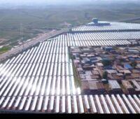Zu sehen ist das Freiflächenfeld vom Solarheizwerk mit Parabolrinnen-Kollektoren.