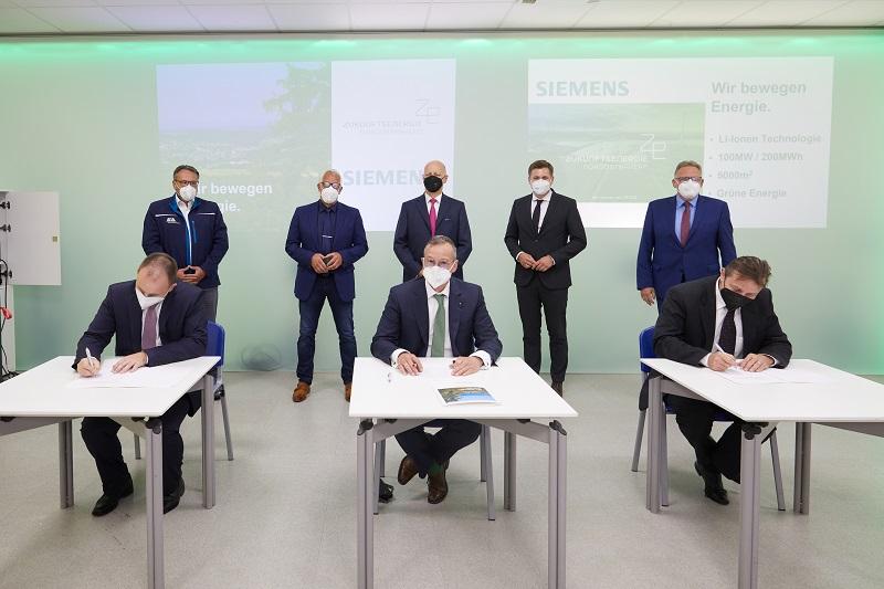 Zu sehen ist die Unterzeichnung der Absichtserklärung für den Lithium-Ionen-Batteriespeicher mit 200 Megawattstunden Speicherkapazität, den Siemens Smart Infrastructure in Wunsiedel errichten soll.