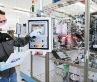 ZSW-Wissenschaftler steuert am Monitor eine Versuchsanlage im Batterielabor - Speicherforschung