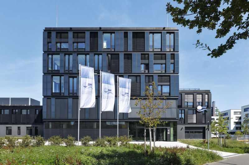 Ein Bürogebäude mit Glas- und Photovoltaik-Fassade