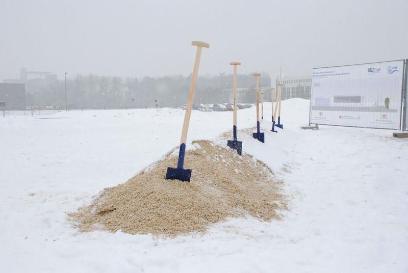 Zu sehen sind Spaten im Schnee zum Spatenstich der Produktionsforschung für Brennstoffzellen in Ulm.