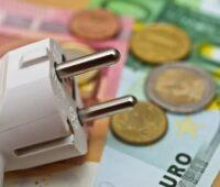 Zu sehen ist eine symbolische Darstellung (Stecker und Geld) für Sofortzahlungen für Strom.