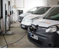 Elektrofahrzeuge bei Zalando an der intelligenten Ladestation.