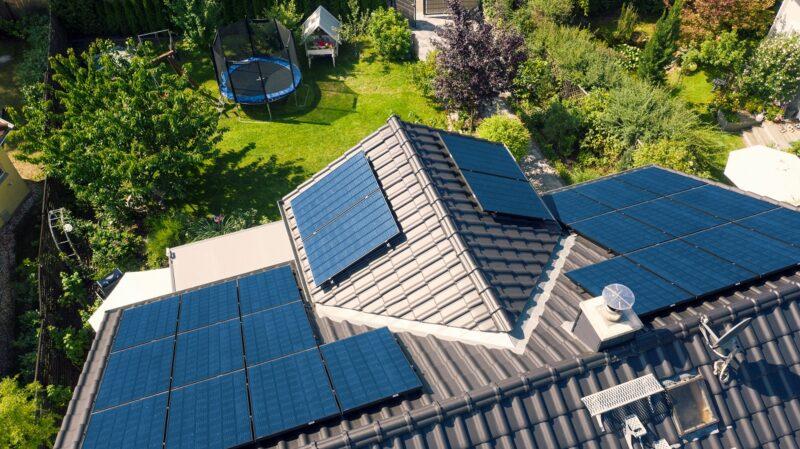 Zu sehen ist ein Hausdach mit Photovoltaik-Anlage. Zolar bietet die Solaranlage zur Miete an.