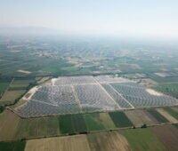 Luftbild eines Solarparks in Griechenland