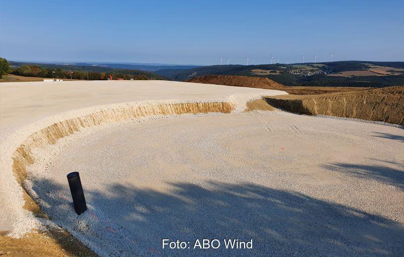 Sandfundament in offener Landschaft.