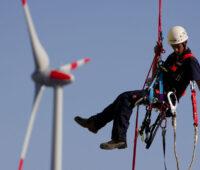 Trotz Corona: Servicetechniker der Windbranche seilt sich an einer Anlage ab
