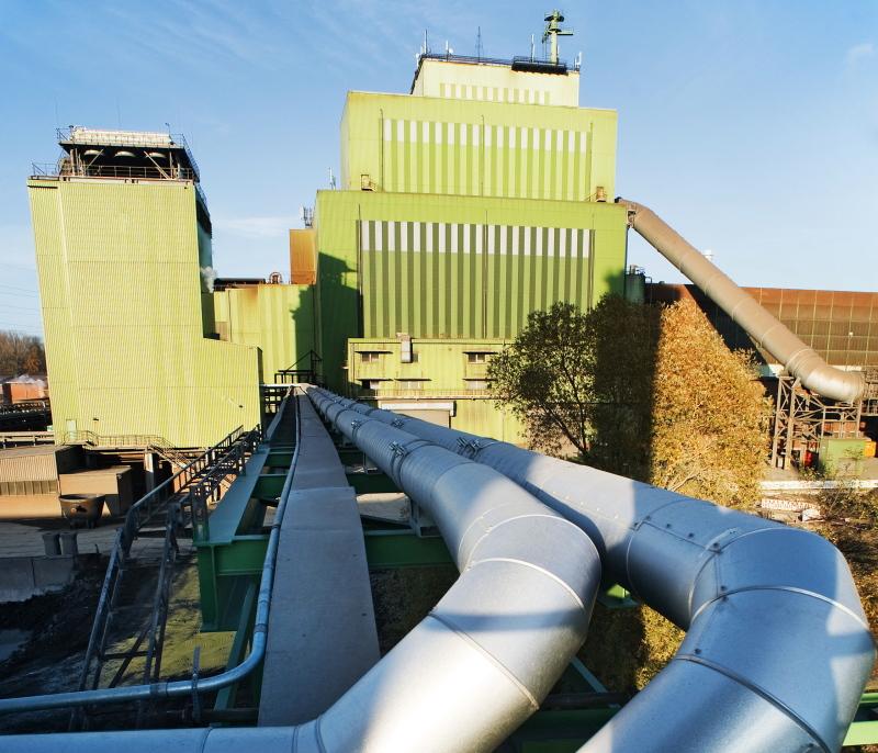 Eine Fabrik mit einem Geflecht von Wärmerohren