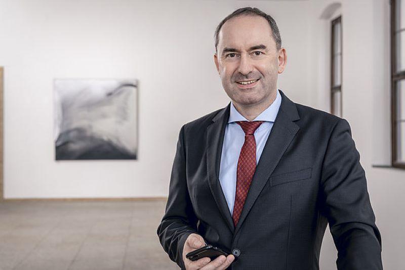 Ein Portrait im Halbprofil von Bayern Wirtschaftsminister Hubert Aiwanger