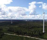Luftaufnahme: mehrere Windräder in einem Waldgebiet - der Windpark Lyngsåsa von Baywa r.e. in Schweden