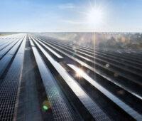 Großes Solarkraftwerk im Gegenlicht aus der Vogelperspektive