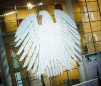 Bundesadler im Parlamentsgebäude. Der Bundestag beschloss Klimaschutzgesetze.