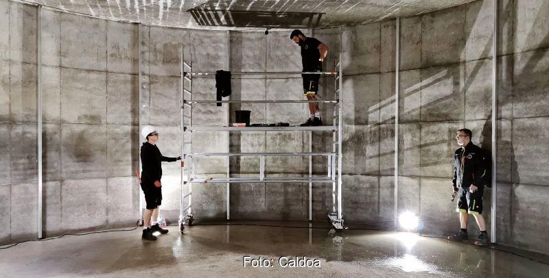 Dreio Männer arbeiten im Innern eines Eisspeichers.