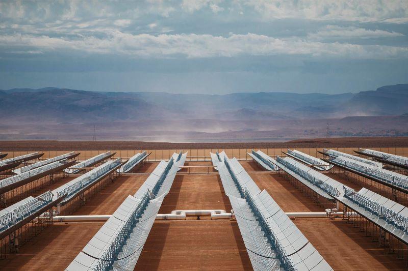 Parabolrinnenkollektoren in der Wüste von Marokko vor Gebirgshintergrund