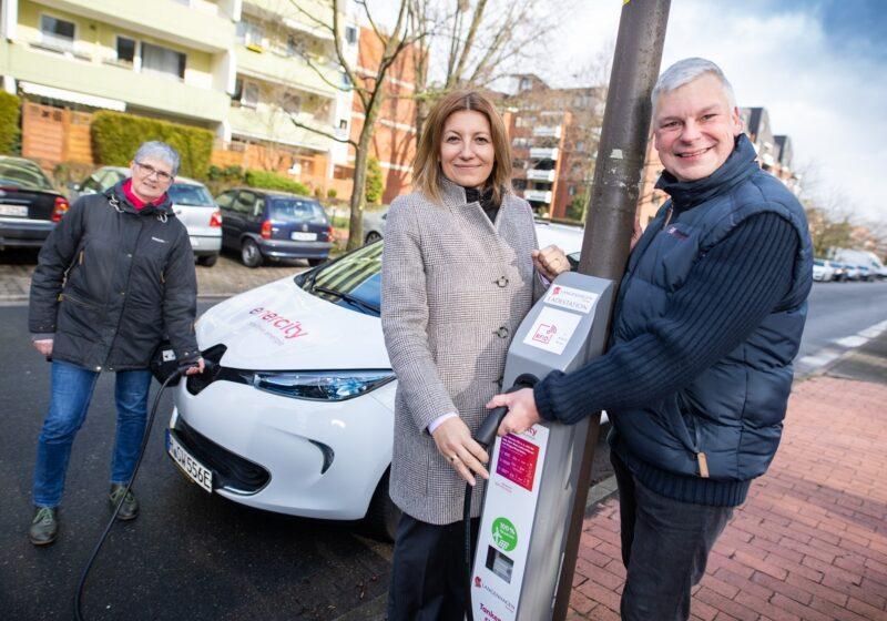Zu sehen sind Langenhagens Bürgermeister Mirko Heuer und enercity-Chefin Susanna Zapreva an der neuen Lade-Laterne.
