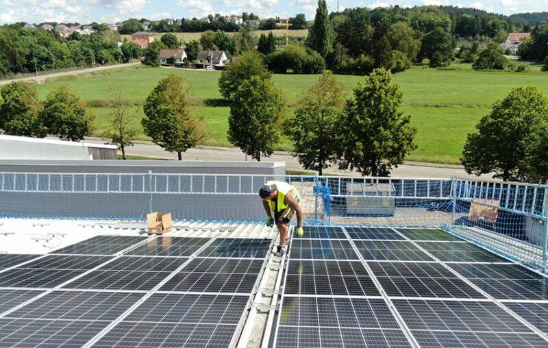 Zu sehen ist die Photovoltaik-Dachanlage für das Biomasseheizkraftwerk Pfaffenhofen.