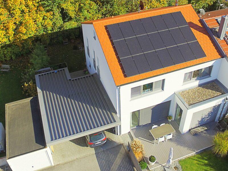"""uU sehen ist Haus mit PV-Anlage. Mit der Unterschriftenaktion """"Geht uns aus der Sonne"""" sollen Hürden für PV-Anlagen abgebaut werden."""
