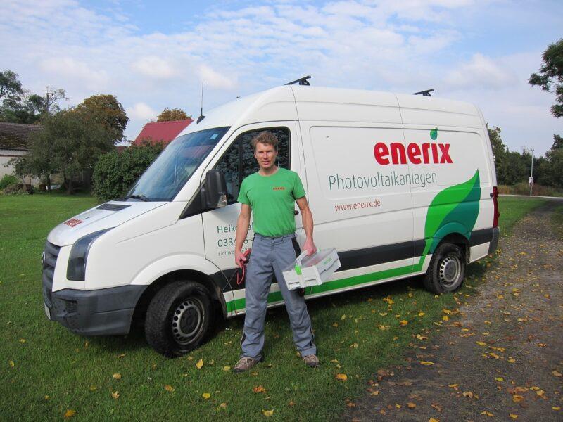 Zu sehen ist ein enerix-Handwerker. Das Unternehemn enerix ist Partner der neuen Onlineplattform für die Vermittlung der Photovoltaik-Montagehelfer.