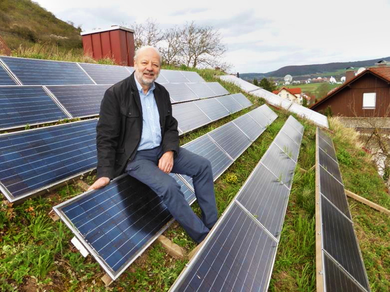 Hans-Josef Fell auf dem Gründach seines Hauses mit Photovoltaik.