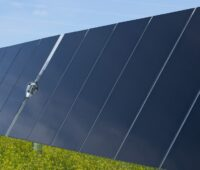 Zu sehen ist eine Fotomontage mit frei aufgestellten Dünnschichtmodulen von First Solar.