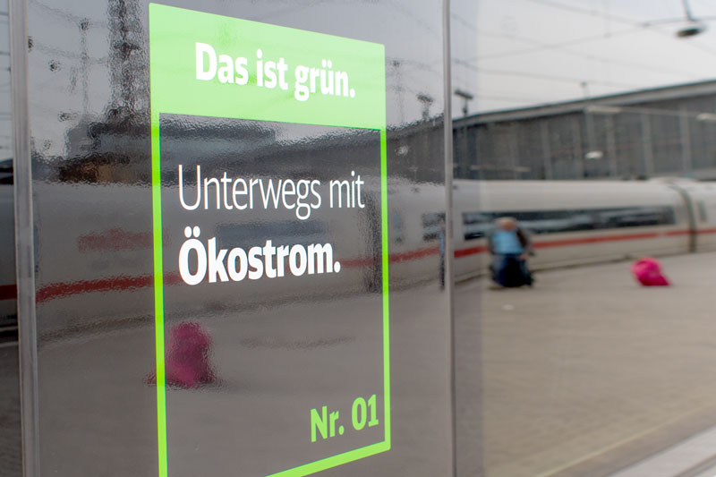 """Hinweisschild """"Unterwegs mit Ökostrom"""" am ICE der DB"""