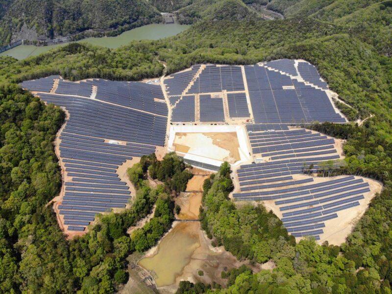 """Zu sehen ist """"Kamigori"""", der jüngste der zehn Photovoltaik-Solarparks von hep in Japan."""