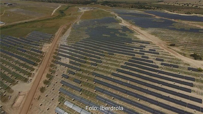 Ein großer Freiflächen-PV-Park aus der Luft.