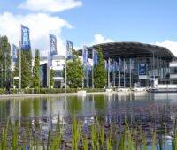 Messe-Gelände in München: Blick über den Teich auf Intersolar-Fahnen und die Messehallen.