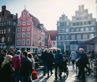 Die Altstadt von Lüneburg mit Menschen.