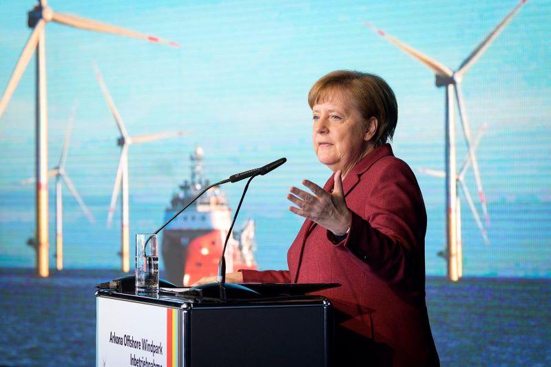 Bundeskanzlerin Angela Merkel mit Offshore-Windpark im Hintergrund