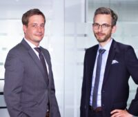 Zwei Personen für Photovoltaik-Monitoring: Rouven Lenhart (Managing Director Division Business Development & International Sales) und Jonas Riexinger (Managing Director Division Technics).