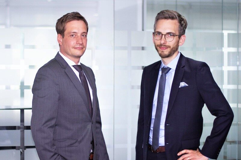 Zwei Personen für Photovoltaik-Monitoring: Rouven Lenhart (Managing Director Division Business Development & International Sales) und Jonas Riexinger (Managing Director Division Technics).
