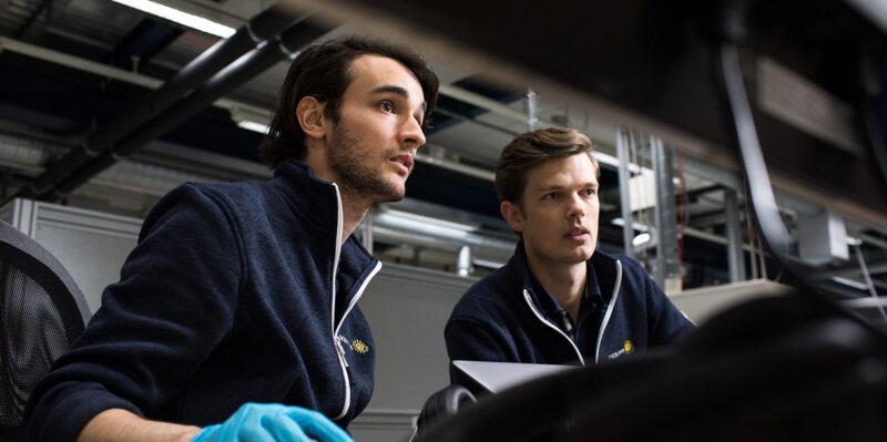 Zwei Forschungsmitarbeiter betrachten einen Bildschirm.